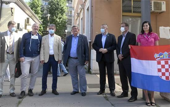 שר התיירות של קוראטיה לצד ראש עיריית רייקה ונציגים נוספים של הממשל בקבילת פנים לרכבת עם תיירים מצ'כיה / צילום: AP Photo, AP