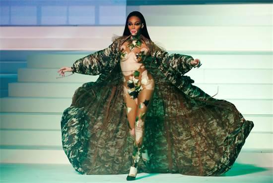 הדוגמנית וויני הארלו בתצוגת האופנה האחרונה של ז'אן-פול גוטייה / צילום: Charles Platiau, רויטרס