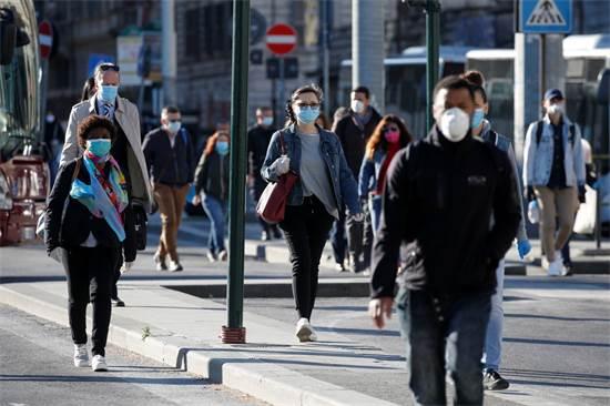 אנשים עוטים מסכות ברחובות רומא לאחר ההקלות בסגר במדינה / צילום: Remo Casilli, רויטרס