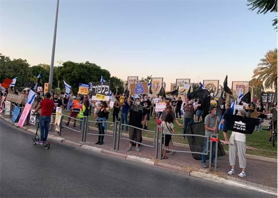 מפגינים נגד נתניהו בכיכר קוגל בחולון / צילום: ענבל שפיגל