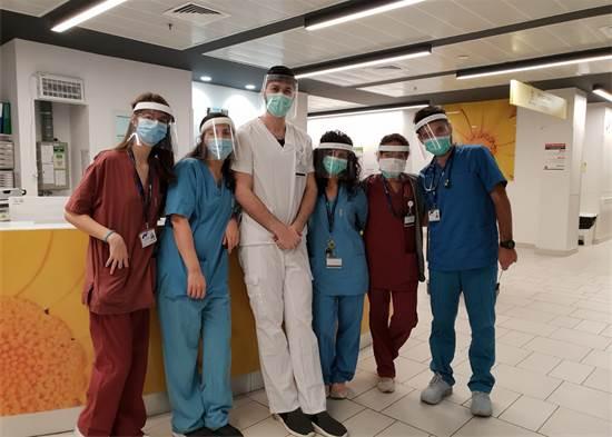 """ריי ביטון וחבריה בצוות הרפואי בביה""""ח אסותא באשדוד / צילום: תמונה פרטית"""
