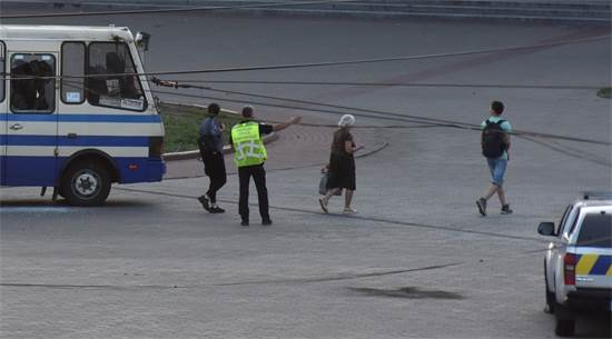 שחרור שלושת בני הערובה לאחר שיחתו של החוטף עם הנשיא / צילום: Pavlo Palamarchuk, רויטרס