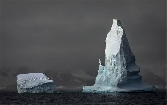 קרחונים באיי אורקני, אנטארקטיקה. הקרחונים בעולם נמסים בקצב מדאיג, ומובילים לעלייה בגובה פני הים, שחרור פחמן ופגיעה במערכות האקולוגיות הקרידטיות לבריאות כדור הארץ / צילום: Andrew McConnell, גרינפיס