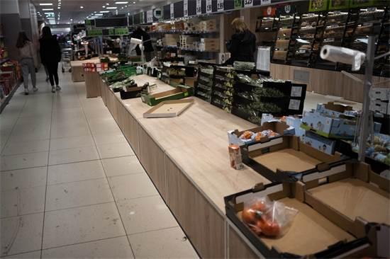 מדפים ריקים בסופרמרקט בברלין / צילום: Markus Schreiber, AP