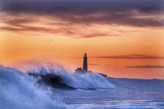 מגדלור סנט מרי במפרץ ויטלי בחוף הצפון־מזרחי של אנגליה / צילום: אוון המפריס, AP