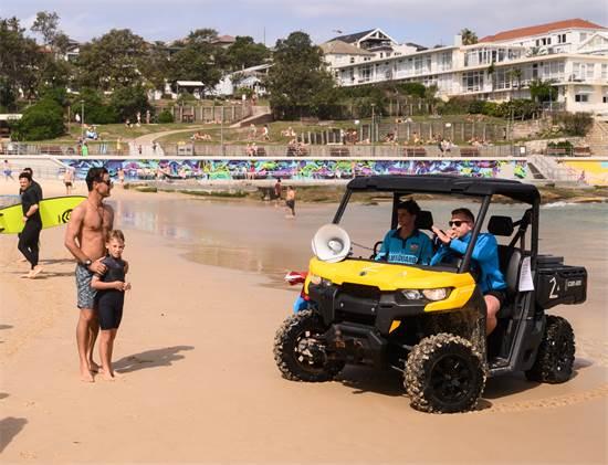 פקחים מבקשים מהבאים לחוף להתפנות בשל החשש להתפרצות נגיף הקורונה. בונדי ביץ', סידני אוסטרליה / צילום: James Gourley, רויטרס