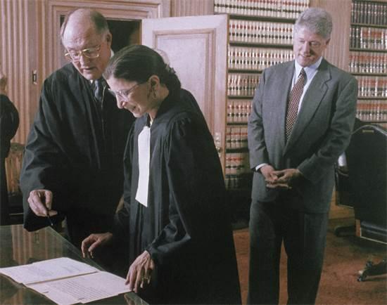 """רות ביידר גינזבורג בעת מינויה לבית המשפט העליון בארה""""ב / צילום: Ken Heinen, Associated Press"""