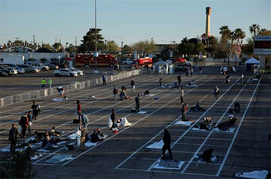 חסרי בית מתארגנים לשינה בחניון ביום שני בלאס וגאס, אליו פינתה אותם העירייה בשל נגיף הקורונה / צילום: John Locher, AP