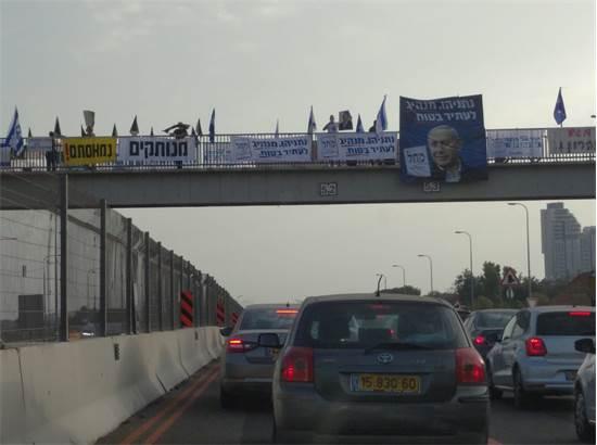 מפגינים בגשר מעל כביש החוף באזור חדרה / צילום: גיא נרדי, גלובס