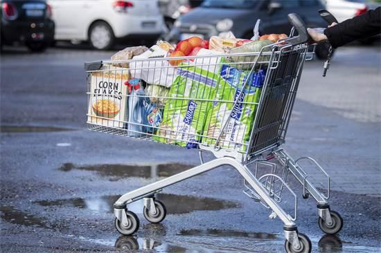 עגלה עמוסת קניות בחניון סופרמרקט בברלין / צילום: Matthias Balk, Associated Press