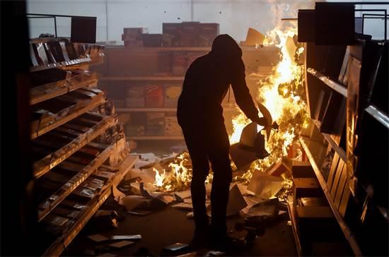 מפגין מצית חנות אופיס דיפו בסיינט פול במינסוטה ביום שישי  / צילום: John Minchillo, AP
