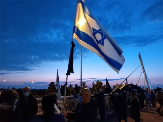 מפגינים נגד נתניהו בצומת דרורים / צילום: מחאת הדגלים השחורים