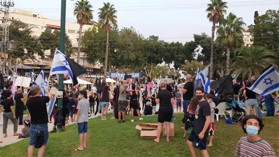 מפגינים נגד הממשלה ומדיניותה ברמת השרון / צילום: תמונה פרטית