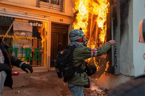 מפגינים בצרפת שורפים חנות / צילום: Serge Tenani, רויטרס