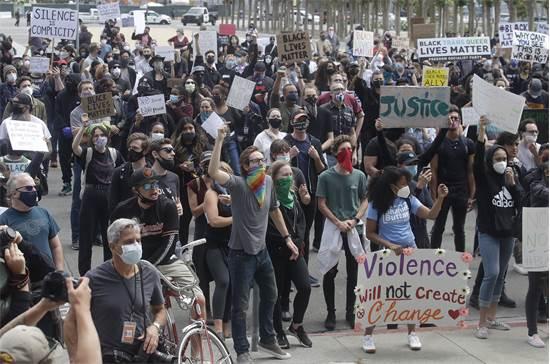 """אלפי מפגינים דרשו """"צדק"""" בעבור פלויד והקהילה השחורה כולה בארה""""ב בהפגנה בקליפורניה ביום שבת / צילום: Jeff Chiu, AP"""