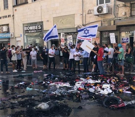 יצרנים, סוחרים ובעלי עסקים קטנים הפגינו ושרפו סחורות במחאה על הסגר ברחוב אילת בתל אביב / צילום: התנועה לעידוד אופנה