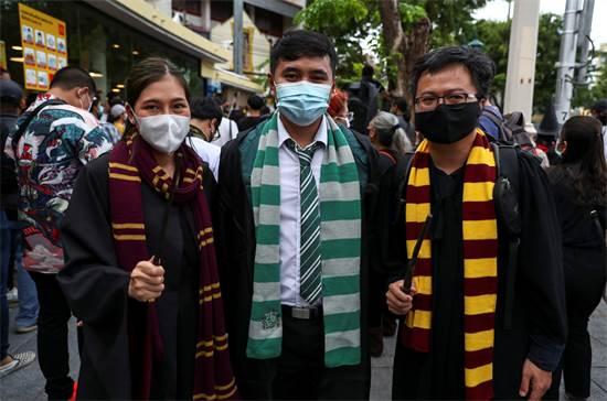מפגינים מחופשים לדמויות מהארי פוטר בעצרת פרו-דמוקרטית בתאילנד / צילום: Athit Perawongmetha, רויטרס