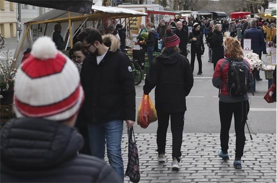 אנשים מסתובבים בשוק ברובע קולוויצפלאץ בברלין ביום שבת ה-21 במרץ / צילום: Markus Schreiber, AP