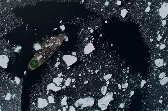 סניפה של גרינפיס באוקיינוס הארקטי. הספינה מתעדת את תהליך נסיגת משטחי הקרח  / צילום: Daniella Zalcman, גרינפיס