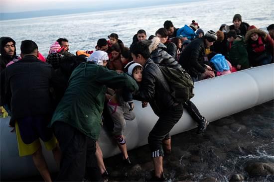 פליטים מגיעים לאי לסבוס / צילום: Alkis Konstantinidis, רויטרס
