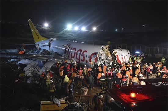 נשי הצלה וכבאים מפנים הריסות מטוס לאחר שהחליק על המסלול בשדה התעופה סביהה גקצ'ן באיסטנבול / צילום: Ismail Coskun/IHA, AP
