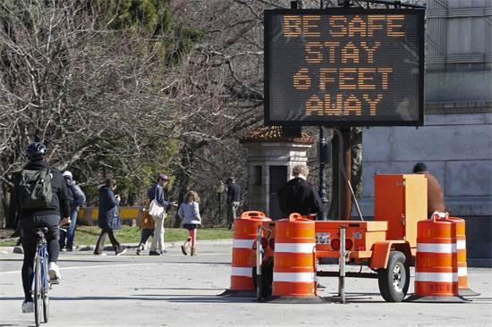 שלט בכניסה לפרוספקט פארק שמזכיר לשמור על מרחק של 2 מטר זה מזה, בניו יורק / צילום: Kathy Willens, AP