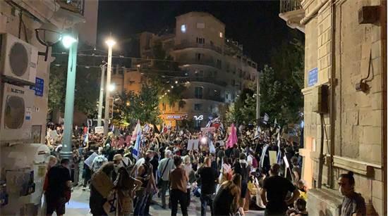 """מפגינים נגד נתניהו צועדים במרכז ירושלים / צילום: מחאת הדגלים השחורים, יח""""צ"""
