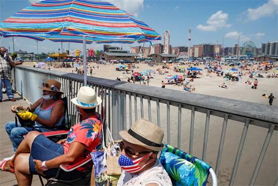 התפרצות מגפת הקורונה: רוחצים בים בחוף קוני איילנד בניו יורק / צילום: AP