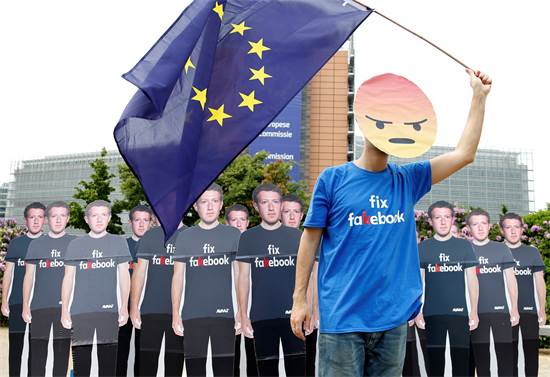 מפגינים נגד פייסבוק בבלגיה ב-2018 / צילום: FRANCOIS LENOIR, רויטרס