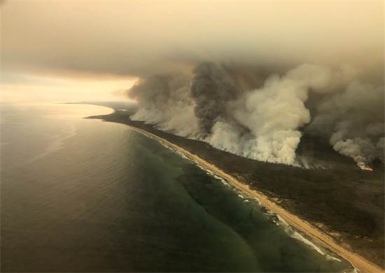 יערות עולים באש בוויקטוריה, אוסטרליה / צילום: Australian Maritime Safety Authority, רויטרס