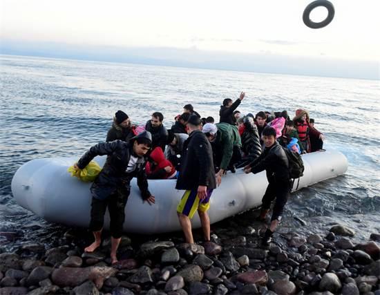 מהגרים עוגנים בכפר סקאלה סיקמיניאס, באי היווני לסבוס, לאחר שהם חצו את הים האגאי מטורקיה / צילום: Michael Varaklas, AP