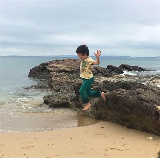איתי (טאיצ'ק) על החוף באוקינאווה / צילום: תמונה פרטית