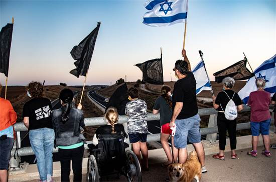 מפגינים נגד נתניהו בגשר 353, צפונית לקרית גת / צילום: יעקב קירש