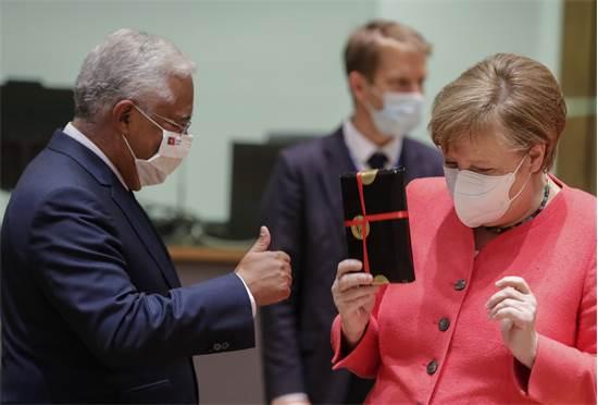 קאנצלרית גרמניה אנגלה מרקל מקבלת מתנה מראש ממשלת פורטוגל אנטוניו קושטה במפגש הפסגה של האיחוד האירופי / צילום: Stephanie Lecocq, AP
