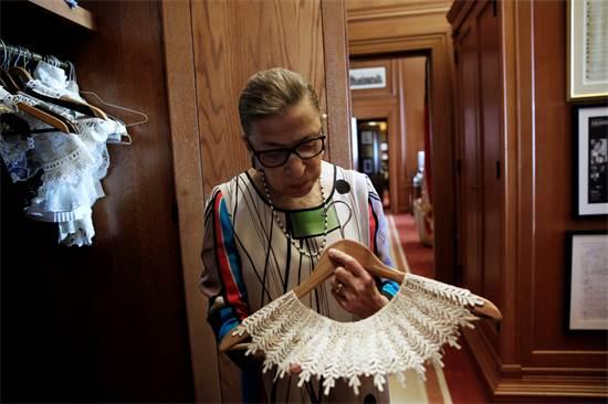 """רות ביידר גינזבורג ז""""ל מציגה את גלימות השופטת שלה / צילום: Jonathan Ernst, רויטרס"""