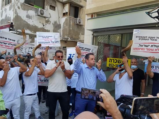 """העצמאים תוקעים בשופר בהפגנה / צילום: יח""""צ"""