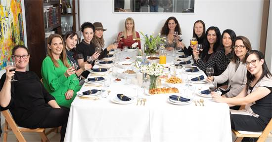"""""""מורגלת בארוחות גדולות"""". פירון-זומר וחברותיה בביתה באורנית / צילום: רמי זרנגר , גלובס"""