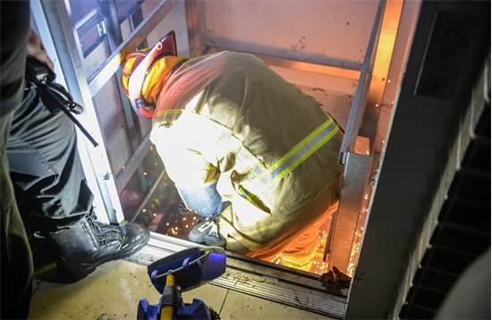 """חילוץ ממעלית שהוצפה במים / צילום: יחידת התיעוד המבצעי כב""""ה"""
