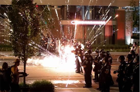 נפץ שמתפוצץ על שוטרים בוושינגטון ביום שבת / צילום: Alex Brandon, AP
