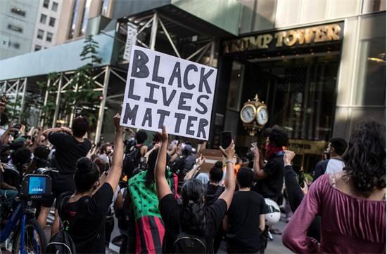 """מפגינים נושאים שלטים של """"חיי השחורים חשובים"""" מול מגדל טראמפ בניו יורק / צילום: Wong Maye-E, AP"""