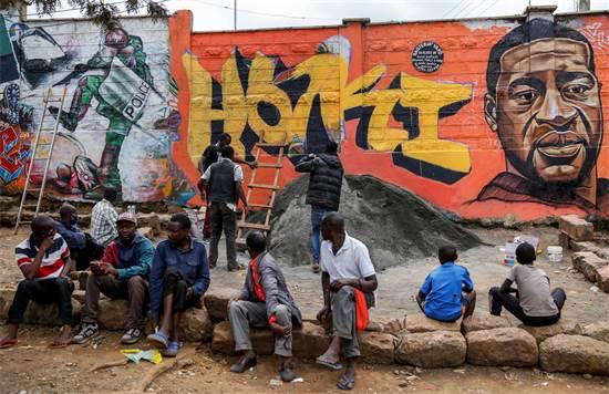 """גרפיטי לזכרו של ג'ורג' פלויד בניירובי, קניה. לצד דיוקנו של פלויד נכתב בסווהילית """"צדק"""" / צילום: Brian Inganga, AP"""