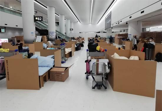 מיטות מקרטון שמקבלים נוסעים שמחכים לתוצאות בדיקת הקורונה בנמל התעופה נאריטה ביפן / צילום: Naohiro Katsuta, AP