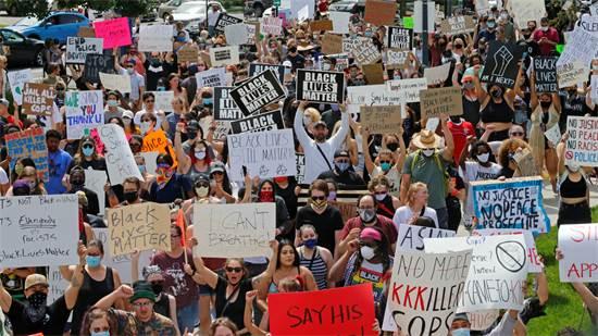 הפגנת ענק בסולט לייק סיטי ביוטה, בשבת. בהפגנות רבות התייצבו שכם אל שכם לבנים ושחורים / צילום: Rick Bowmer, AP