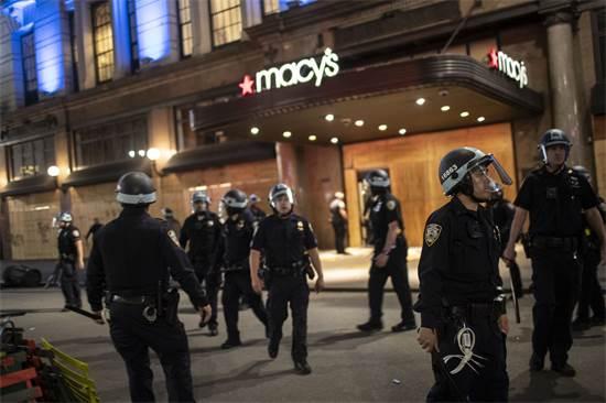 שוטרים ליד סניף של מייסי'ס בניו יורק, לאחר שהחנות נפרצה  / צילום: Wong Maye-E, AP