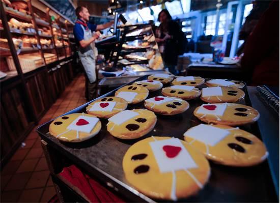 עוגיות עם מסכות פנים במאפייה Schuerener Backparadies / צילום: Leon Kuegeler, רויטרס