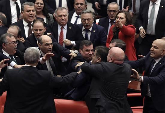 מכות בפרלמנט הטורקי / צילום: AP