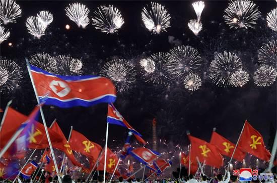 זיקוקי די-נור ודגלי צפון קוריאה במצעד לכבוד 75 שנות קומוניזם / צילום: KCNA, רויטרס