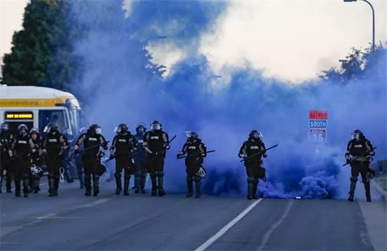 כוחות המשטרה מתכוננים לקרב הבא מול המפגינים בסנט פול, מינסוטה ביום שבת / צילום: John Minchillo, AP