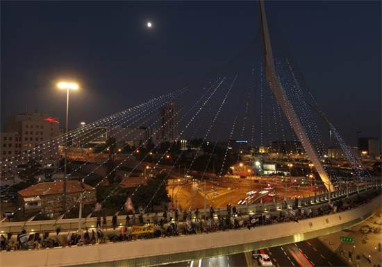 """מפגינים צועדים בגשר המיתרים בירושלים / צילום: מחאת הדגלים השחורים, יח""""צ"""