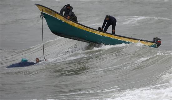 דייגים פלסטינים מול חופי עזה  / צילום: Hatem Moussa, AP